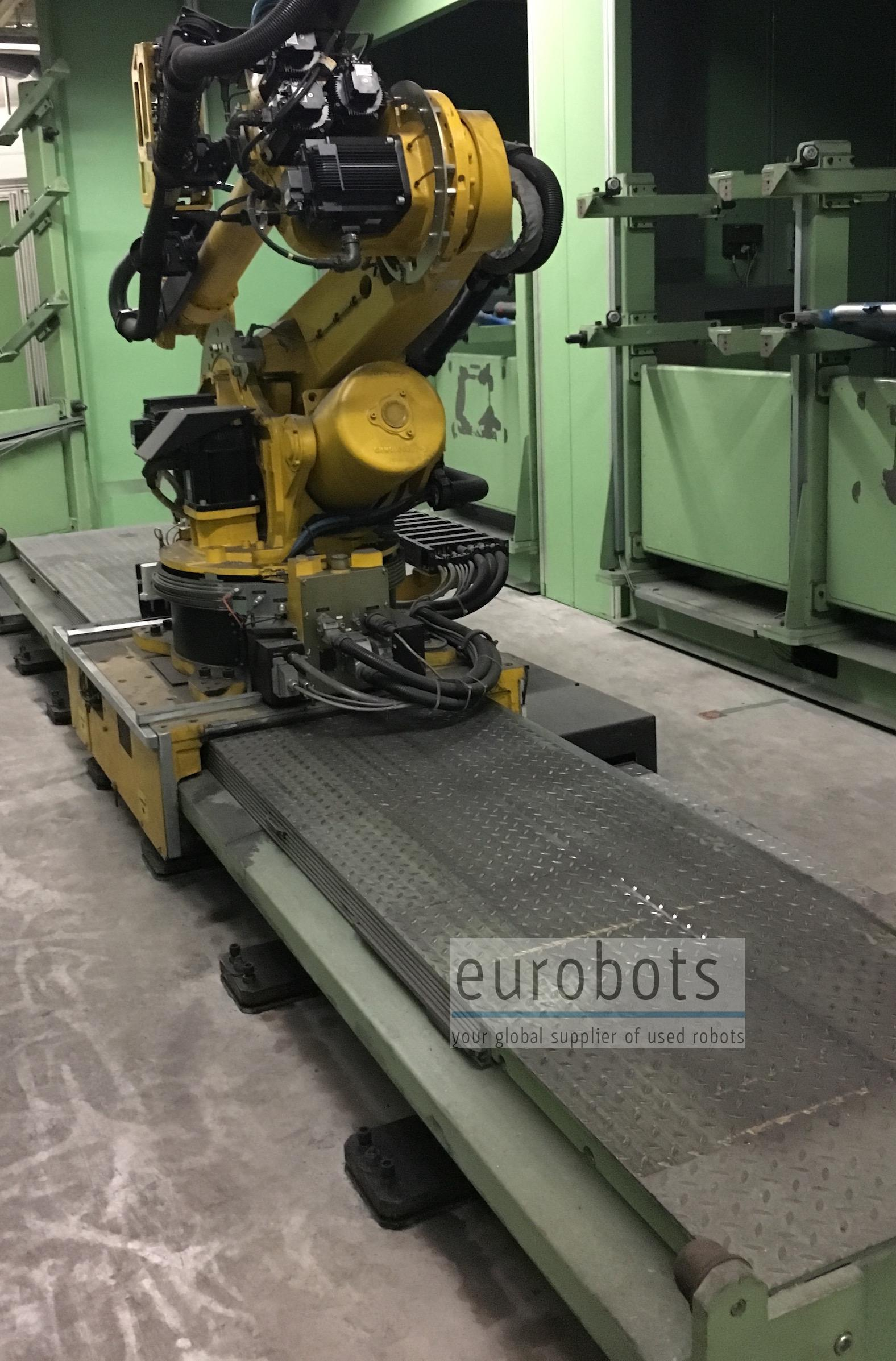 Motoman- robots ES165N-100 mounted on linear track